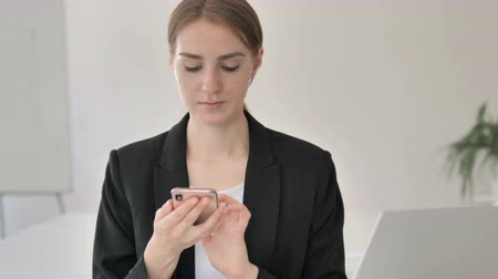 görgetés : Close up of Young Businesswoman Using Smartphone Stock mozgókép