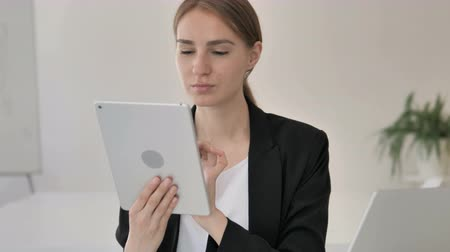 megvitatása : Close up of Young Businesswoman Using Tablet