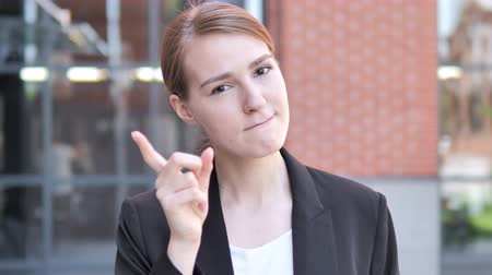 napětí : Angry Young Businesswoman Yelling Outdoor