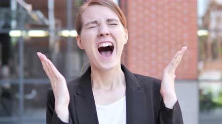аргумент : Angry Young Businesswoman Screaming Outdoor