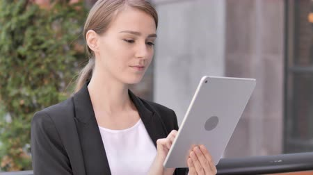 ławka : Young Businesswoman Sitting Outdoor and Using Tablet