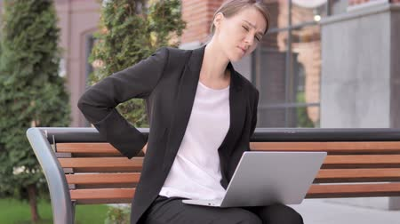 primeros auxilios : Young businesswoman with laptop Archivo de Video