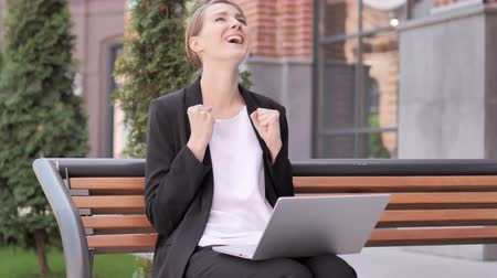 suceder : Young Businesswoman Celebrating Laptop Sitting Outside Office Vídeos