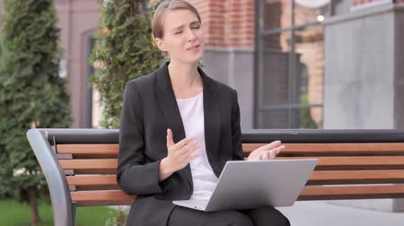 napětí : Young Businesswoman Frustrated by Failure Sitting on Bench Dostupné videozáznamy