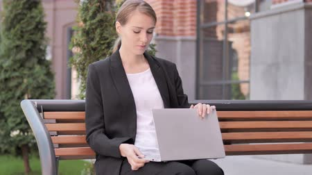 urlop : Young Businesswoman Leaving Bench after Closing Laptop