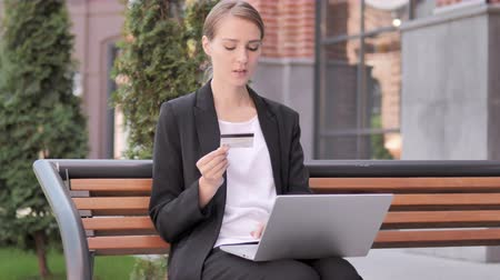 sem problemas : Online Shopping Failure for Young Businesswoman Sitting on Bench
