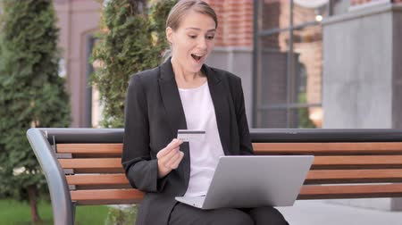 emin : Online Shopping by Young Businesswoman Sitting on Bench Stok Video