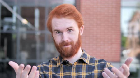 vöröshajú : Outdoor, Redhead Beard Young Man Inviting New People