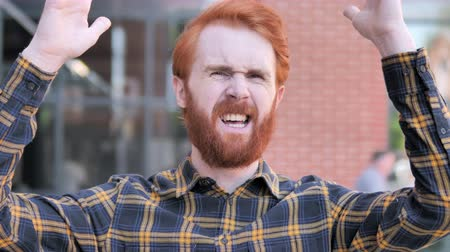 napětí : Redhead Beard Young Man Upset by Loss Outdoor