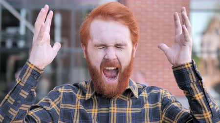 roodharige : Angry Redhead Beard Young Man Screaming Outdoor