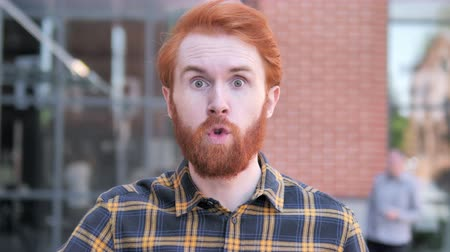 argumento : Angry Redhead Beard Young Man Yelling Outdoor