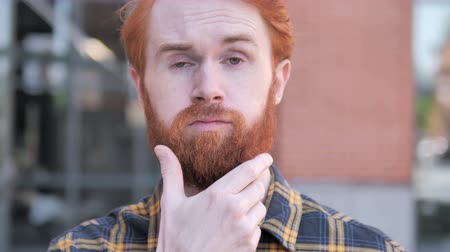 megvitatása : Outdoor Thinking Redhead Beard Man Brainstorming New Idea Stock mozgókép