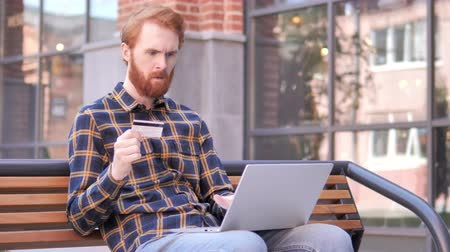 sem problemas : Online Shopping Failure for Redhead Beard Young Man Sitting on Bench
