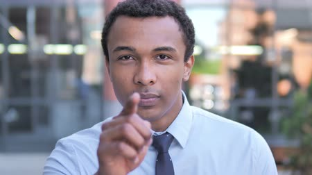 convidar : African Businessman Pointing with Finger Outdoor