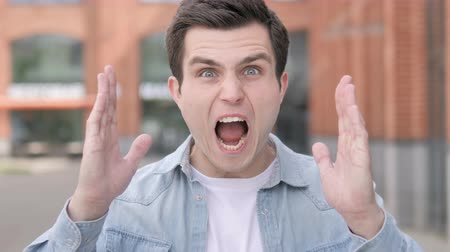 аргумент : Angry Young Man Screaming Outdoor