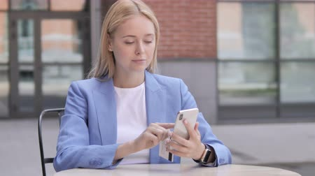 sem problemas : Online Shopping Failure for Young Businesswoman on Smartphone Stock Footage