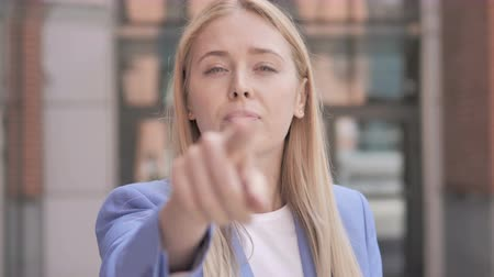 convidativo : Young Businesswoman Pointing with Finger Outdoor