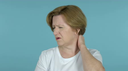 testtartás : Old Woman with Neck Pain, Blue Background