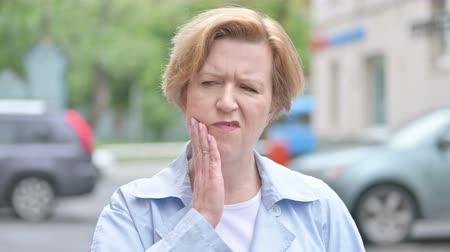 dor de dente : Toothache, Outdoor Old Woman with Tooth Pain