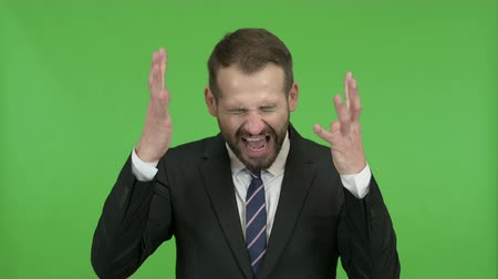 gritar : Frustrated Young Businessman Screaming in Anger against Chroma Key Vídeos