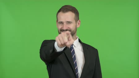 señalando : Cheerful Businessman Pointing Finger and Inviting against Chroma Key