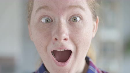 поражение : close Up of Young Woman With Shocked Expression