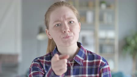 поражение : Close Up of Angry Young Woman pointing And Scolding