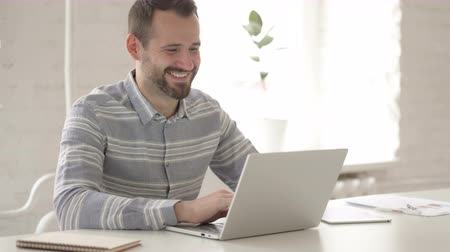 perguntando : Video Chat via Laptop by Adult Young Man Stock Footage