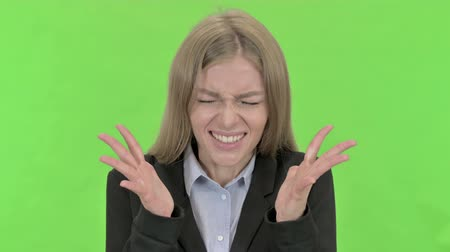 gritar : Angry Young Businesswoman Screaming against Chroma Key
