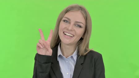 recortar : Cheerful Businesswoman Showing Victory Sign against Chroma Key
