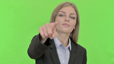 señalando : Cheerful Young Businesswoman Pointing Finger against Chroma Key