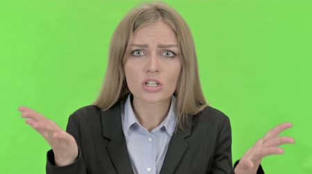 gritar : Frustrated Businesswoman having Argument against Chroma Key