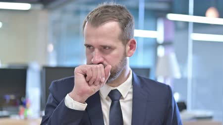 симптом : Portrait of Sick Businessman having Coughing in Office