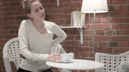 koffie verkeerd : Young Woman Drinking Coffee and Having Back pain