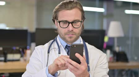 página da internet : Portrait of Doctor Using Smartphone for Internet