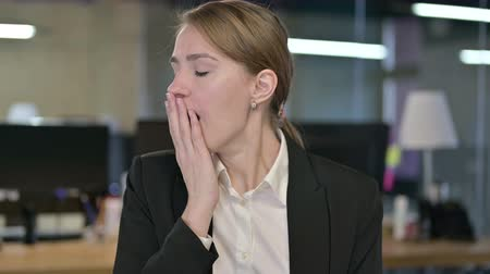 geeuwen : Portrait of Sleepy Young Businesswoman Yawning Stockvideo