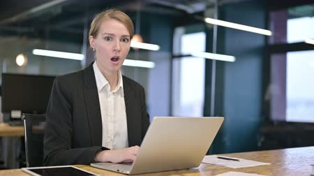 ontkenning : Young Businesswoman Saying No by Shaking Head in Office Stockvideo