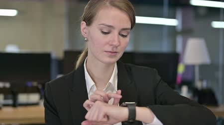 só as mulheres jovens : Portrait of Professional Young Businesswoman using Smartwatch