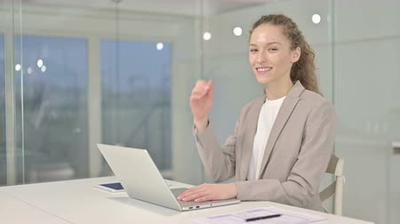 честолюбивый : Ambitious Young Businesswoman doing Thumbs Up in Office Стоковые видеозаписи