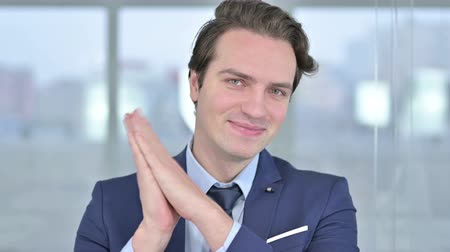 agradecimiento : Portrait of Cheerful Young Businessman Clapping Archivo de Video
