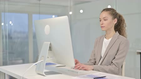 трейдер : Young Businesswoman Thinking and Working on Desk Top in Office