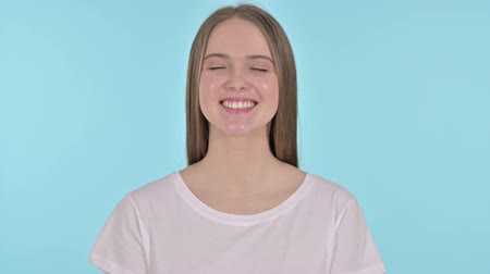 dizendo : Beautiful Young Woman Saying Yes by Head Shake, Blue Background Stock Footage
