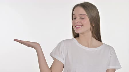 exponer : Young Woman Showing Product on Hand, White Background Archivo de Video