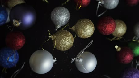 отскок : Colorful Christmas ball moving up slow motion