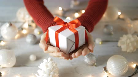 darovat : Hand giving gift white Christmas decoration