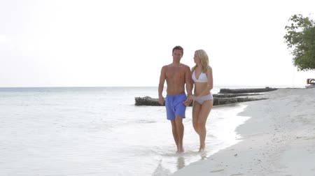 hareketli : Couple Walking On Beautiful Beach