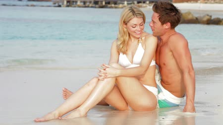 медовый месяц : Romantic Couple Sitting By Shore At Beach