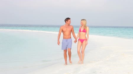 Мальдивы : Romantic Couple Walking On Beautiful Tropical Beach