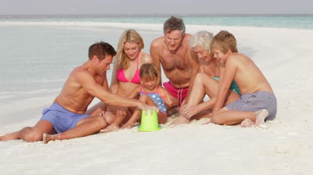 strand : Multi Generation Family Having Fun On Beach Holiday
