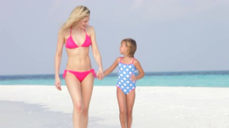 anne : Mother And Daughter Walking Along Beautiful Beach  Stok Video